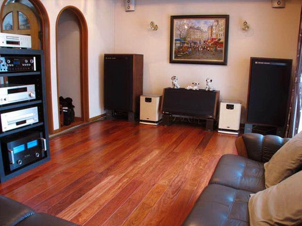 Phòng khách sử dụng sàn gỗ Việt Nam